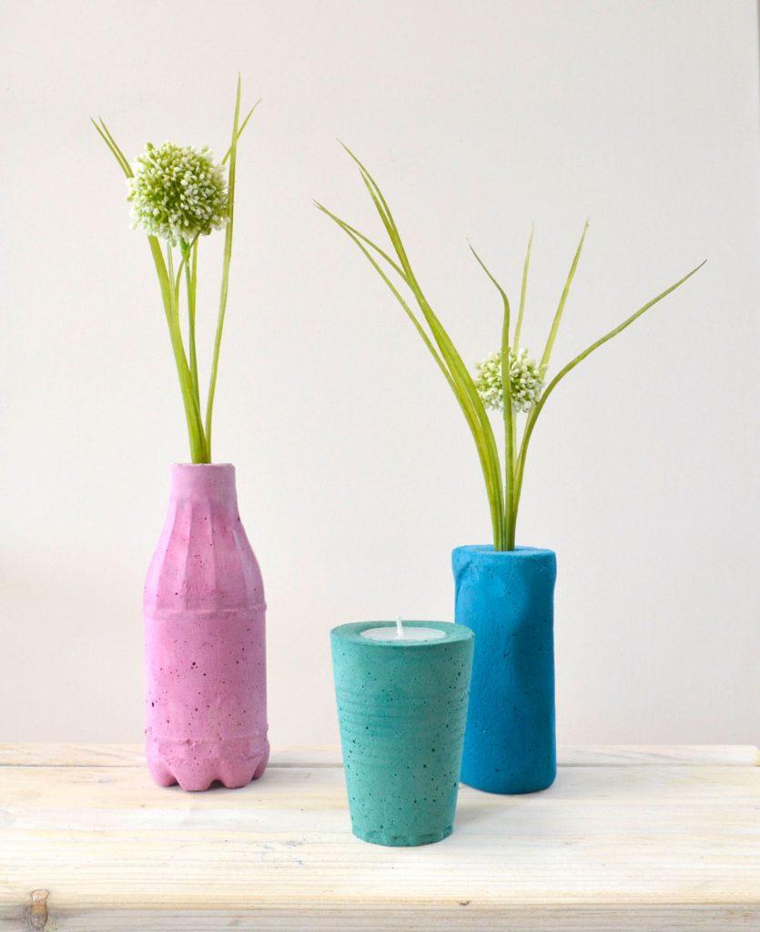 farebné betónové vázy vyrobené z odliatkov plastových fliaš