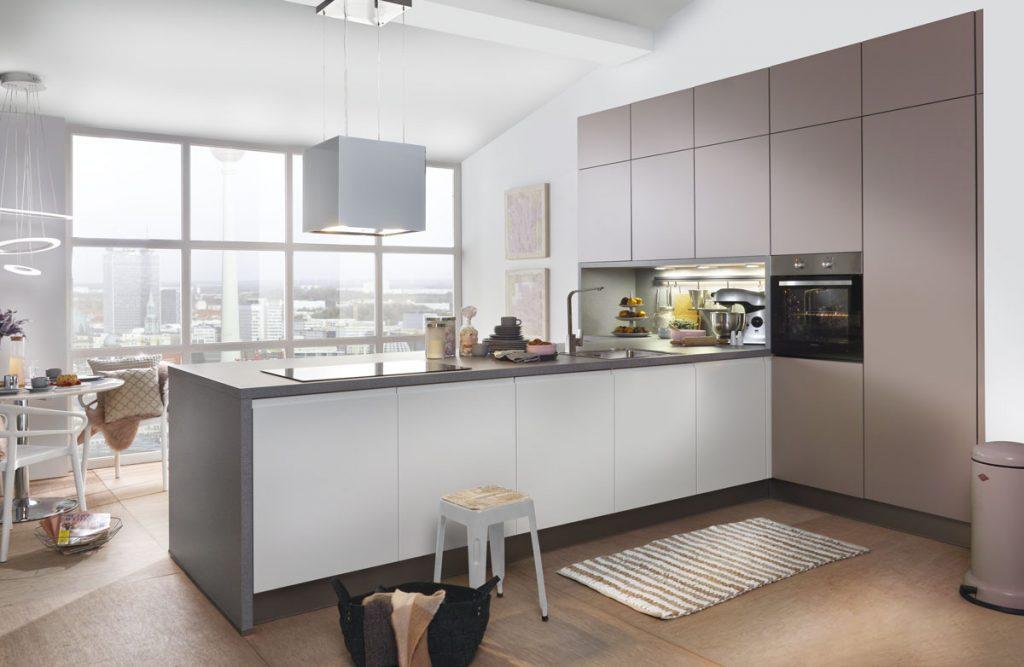 moderná kuchyňa s otvorenými policami a ostrovčekom