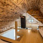 podkrovná spálňa s opáleným dreveným obkladom na stenách