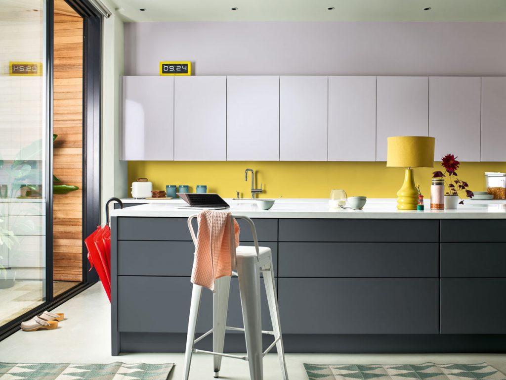 Trojfarebná kuchynská linka z bielej, sivej a citrónovožltej