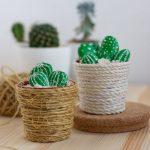 Dekorácia s kaktusmi, ktoré sú vyrobené z kamienkov