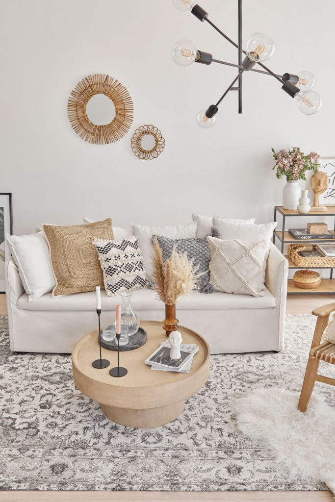 Obývačka v prírodnom štýle so vzorovanými textíliami a v neutrálnych tónoch