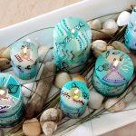 12_SAMAKI-Aranžmán z tyrkysových sviečok obložených naplavenými drievkami a lastúrami-5-x-7-cm