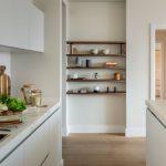 biela kuchyňa s výklenkom s otvorenými policami z dreva