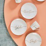 Narodeninová kolekcia Capsule taniere a šálky s nápismi
