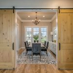 interiér s posuvnými dverami s posuvom na stene, barn doors