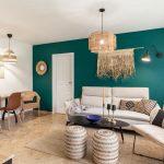 obývačka v etno štýle, s prírodnými doplnkami, v neutrálnej hnedej a smotanovej farebnosti s výraznou smaragdovou stenou