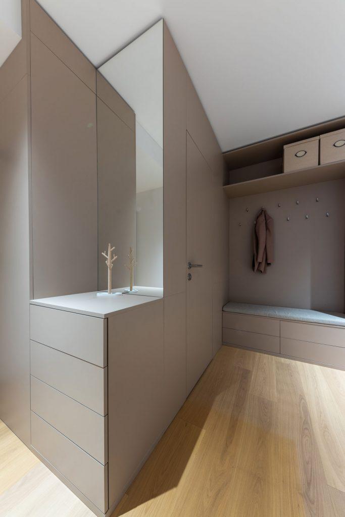 úložný vstavaný nábytok v chodbe s dverami bez zárubní