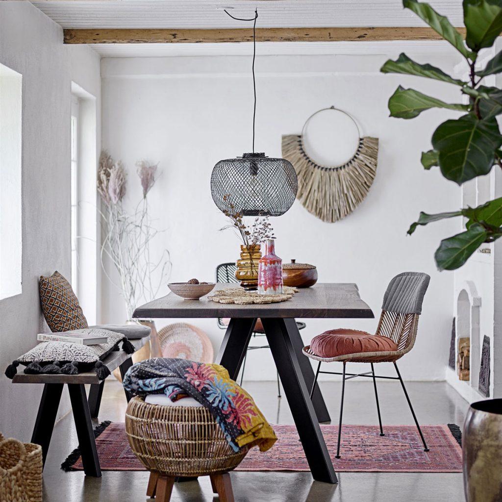 Jedálenský stôl z tmavého dreva, lavica a stoličky vypletané bambusom