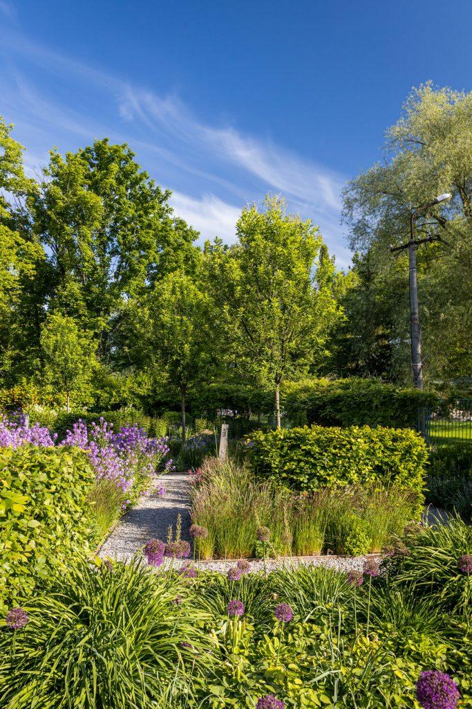 trvalkové okrasné záhony so štrkovým chodníkom v Interaktívnej a experimentálnej záhrade v Nitre