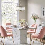 Mramorový jedálenský stôl a svetloružové stoličky so zlatými nohami