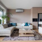 obývačka v béžovej a smotanovej farbe spojená s kuchyňou