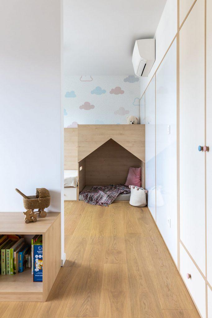 Detská izba so vstavanými skriňami, domčekom a v pastelových tónoch