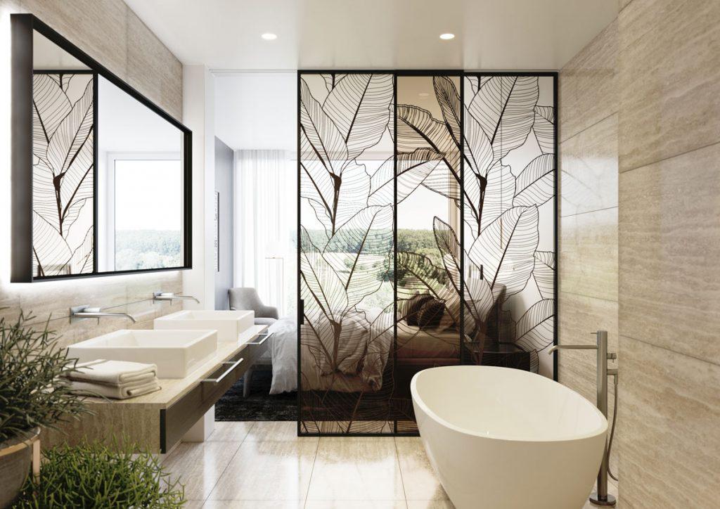 Kúpeľňa oddelená od spálne posuvnými sklenými dverami z grafoskla a s motívom listov