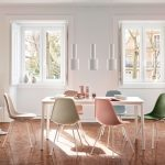 Jedáleň s bielym stolom a pastelovými plastovými stoličkami