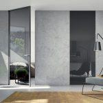 interiér s otočnými dverami od podlahy po strop