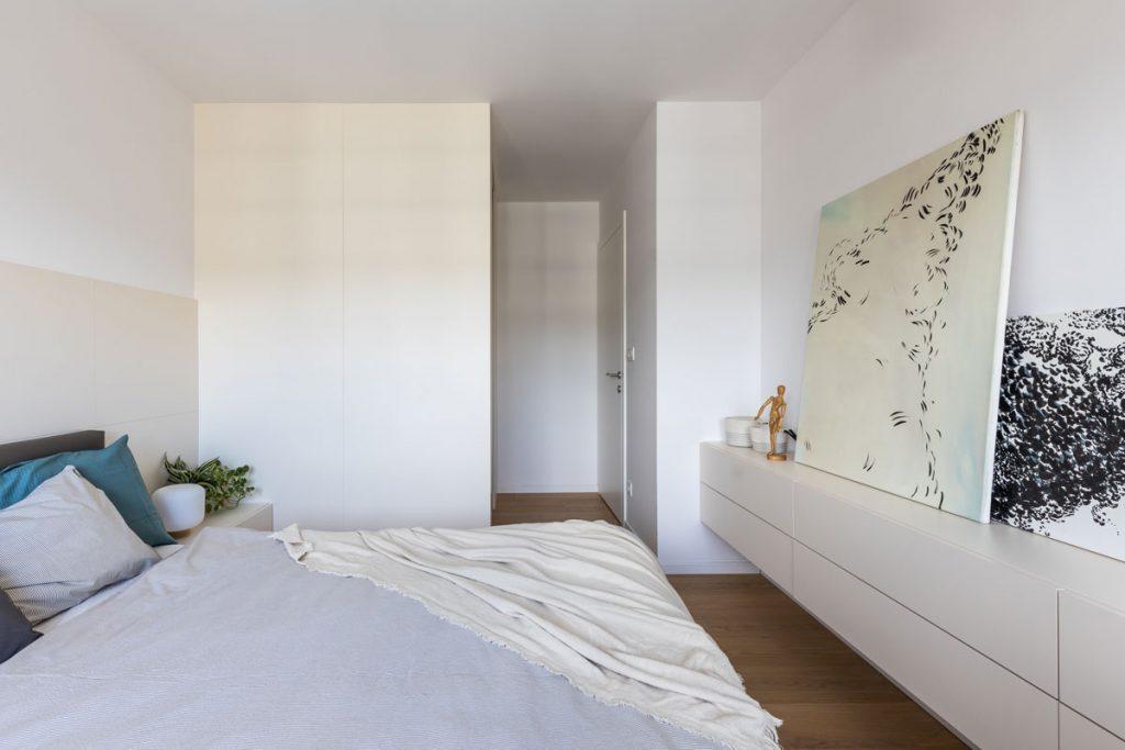 spálňa v béžovej a smotanovej farebnosti s walk-in šatníkom