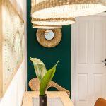 detail jedálenského kútika s vázou s rastlinou, obrazom a zrkadlom