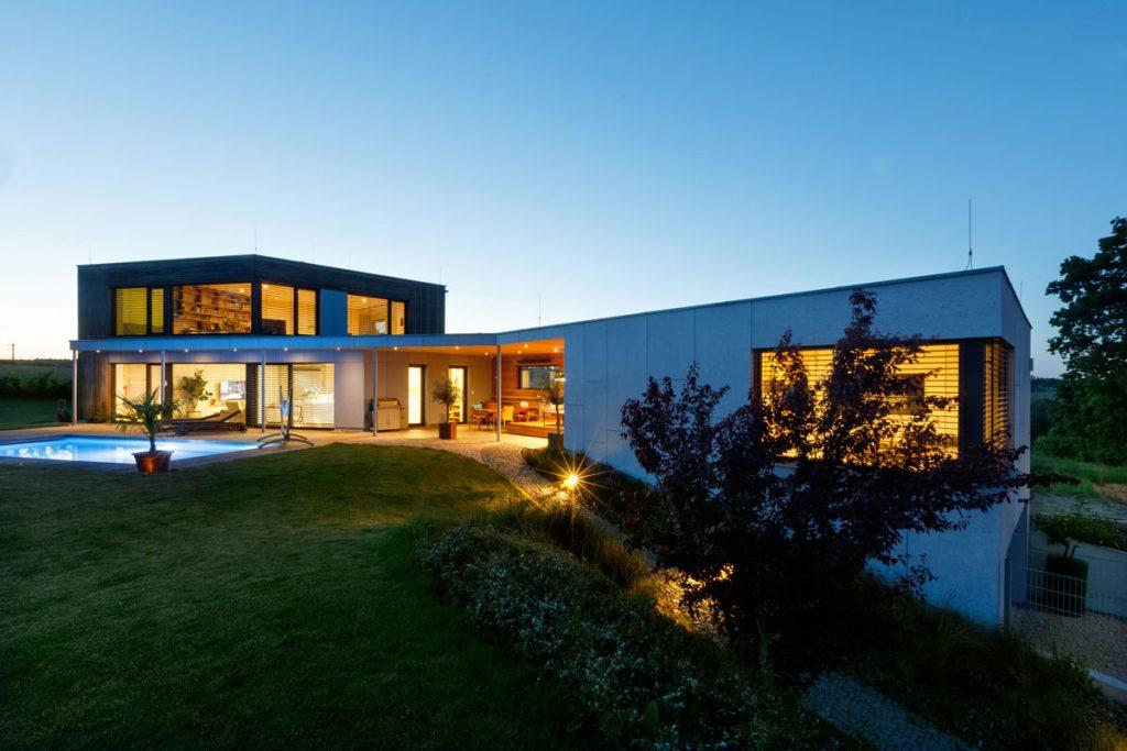 rodinný dom s tvare skráteného ihlana s bazénom