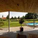 zastrešená terasa rodinného domu s bazénom