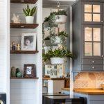 detail kuchyne so zrkadlom umiestneným medzi kuchynskou linkou a otvorenými policami v obývačke