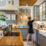 kuchyňa vo vidieckom retro štýle so sivou linkou, hnedým vzorovaným obkladom a ostrovčekom