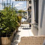 terasa bytu s hojdacím kreslom a zeleninovou záhradkou