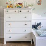 biela komoda v detskej izbe s farebnými úchytkami