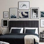 spálňa s čiernou posteľou a zamatovým čiernym čelom a čierno-bielymi obrazmi nad posteľou