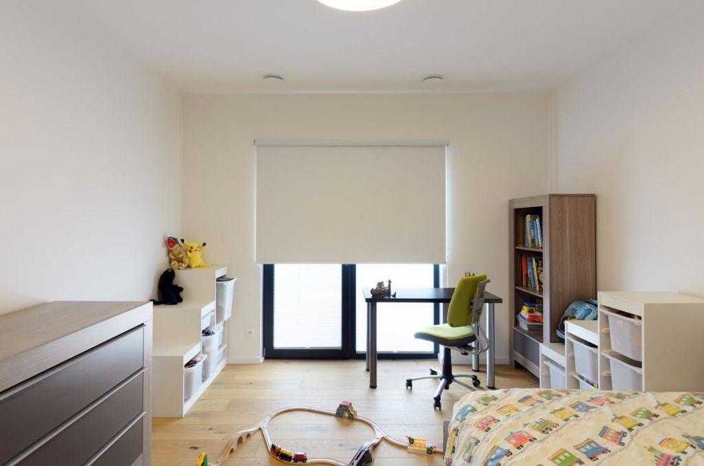 detská izba s látkovými roletami na veľkoformátovom okne